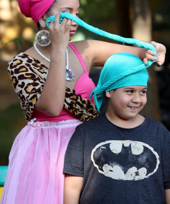 Outro aluno se diverte ao descobrir como colocar um turbante