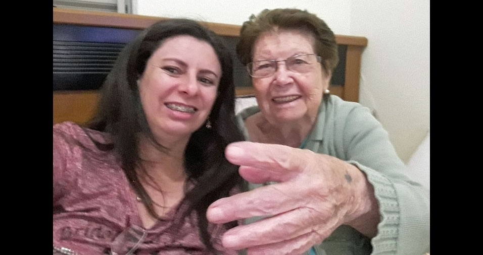 """Angélica Castor Borges Paulino Fonseca com a vovó Nedis Pazinni Paulino, de Três Corações (MG): """"Sou a primeira neta e mimada por minha avó! Mesmo depois do AVC ela está sempre feliz."""""""
