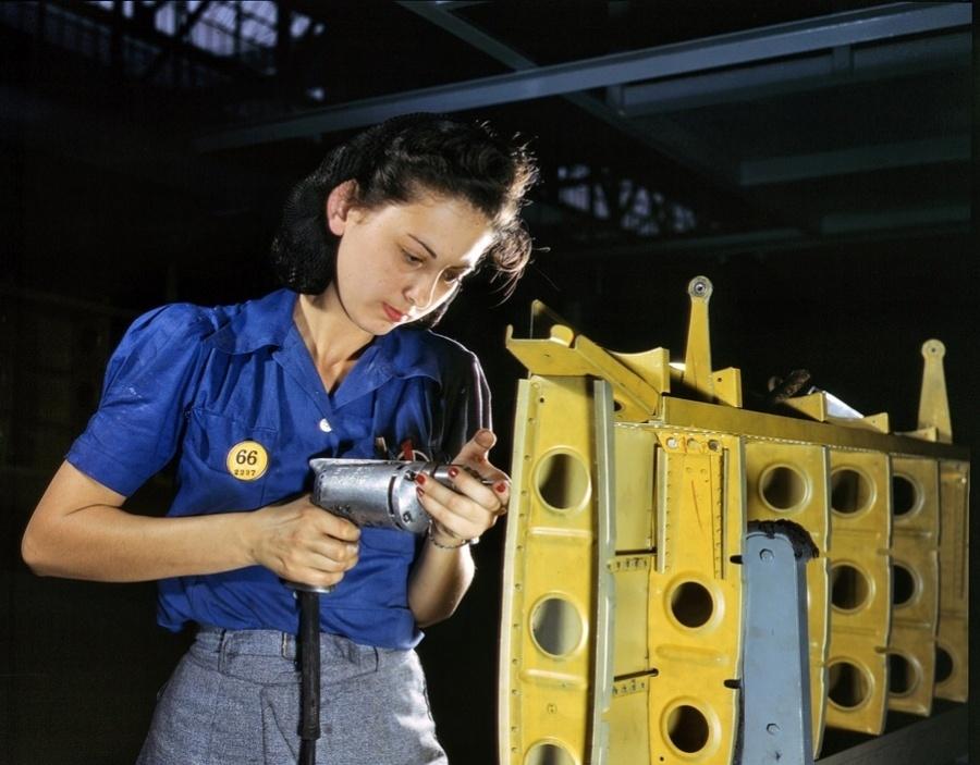 1°.out.2015 - Mulher trabalha em uma fábrica de Nashville. De acordo com o site War History Online, a foto é de fevereiro de 1943