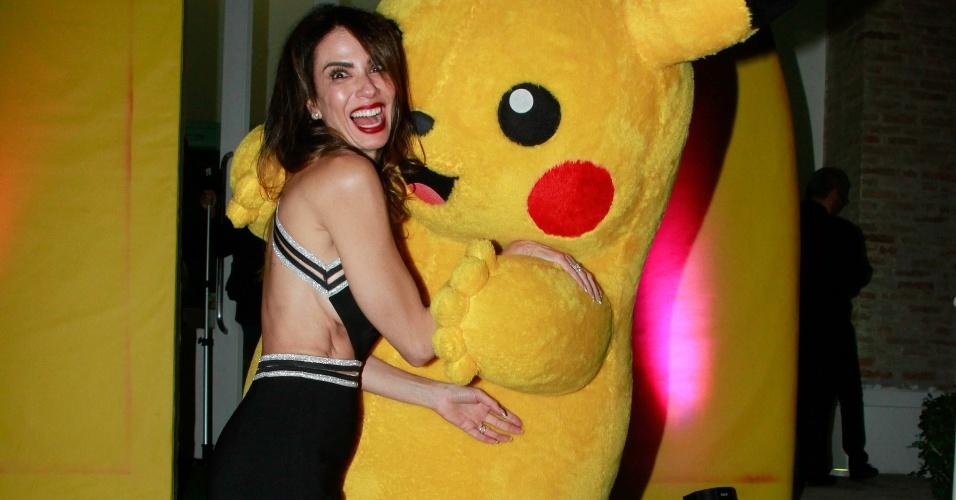 21.mar.2017 - Luciana Gimenez brinca com o Pikachu na festa do seu filho mais novo, Lorenzo
