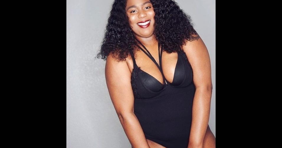 18.abr.2017 - A norte-americana Jasmine Grimes, uma blogueira plus size que arrasta milhares de seguidores no Instagram, usou as redes sociais para defender a aceitação do corpo. Por meio de fotos de lingerie, ela quer desmitificar a ideia de corpo perfeito e mostrar a beleza das marcas da mulher real