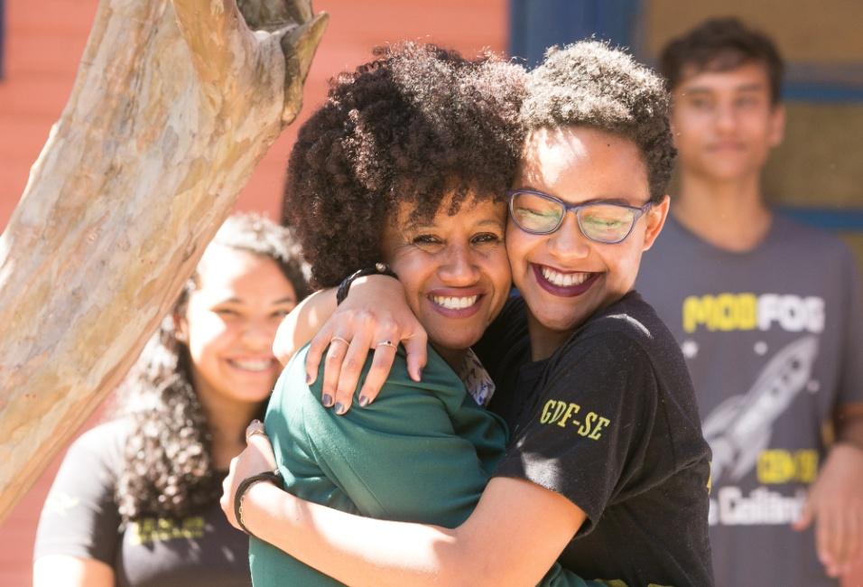 Gina posa ao lado de Stephany Soares da Silva, de 17 anos, aluna do 3º ano do Ensino Médio em Ceilândia. A estudante afirmou ao BOL que aprendeu, com a professora, a quebrar certos preconceitos durante o projeto Mulheres Inspiradoras