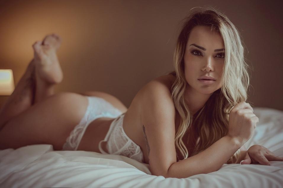 4.ago.2017 - Em ensaio sensual, Eliana Amaral posa de lingerie e mostra os resultados de sua nova fase fitness