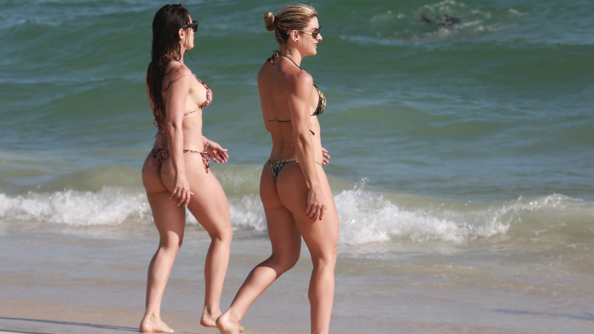 18.nov.2017 - Mirella Santos e Franciely Freduzeski na praia da Barra da Tijuca, no Rio de Janeiro