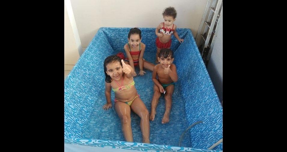 Diversão em família! Maria Laura, Marcos Paulo, Victoria e Valentina na piscina dos papais Marcos Souza e Karoleen Gomes, de Salvador (BA)