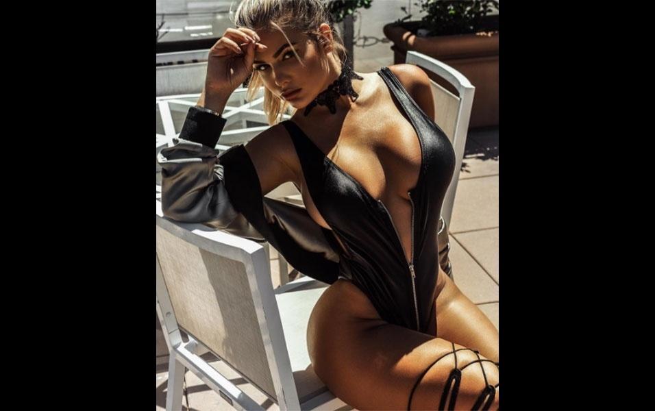 8.out.2016 - Anastasiya posa para ensaio com look extravagante