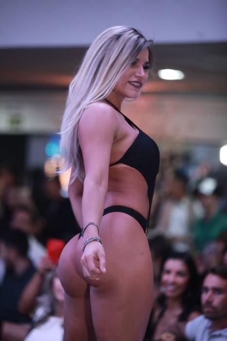 5.nov.2017 - Musa do Acre, Raissa Barbosa desfila de biquíni para candidatos e jurados