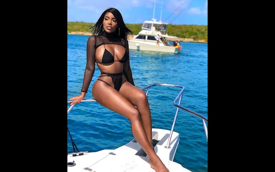 19.jan.2018 - Natural de Curaçao, ilha do Caribe com praias paradisíacas, Monifa sempre posa em grande estilo e em belos cenários