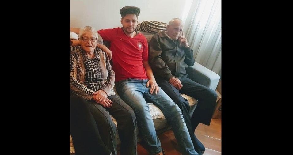 """Fernando Leal Lourenço, de São Paulo (SP), com os avós Manuel e Maria: """"Eu admiro e amo muito meu avô paterno e minha avó materna, de todo o coração e espero poder continuar desfrutando do seu carinho e amor até à eternidade!"""""""