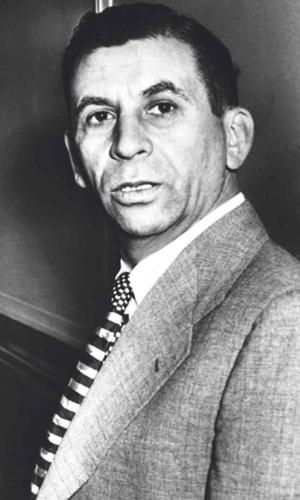 """De origem russa, Meyer Lansky, nascido Meier Suchowlanski, foi mais um dos aliados do """"chefe dos chefes"""" Lucky Luciano no início do império das famílias mafiosas em Nova York. Envolvido em assassinatos e dono de cassinos, Lansky morreu em 1983, aos 80 anos, vítima de câncer de pulmão. Acredita-se que o criminoso deixou mais de US$ 300 milhões em contas ocultas"""