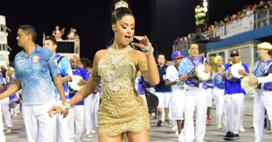 """22.jan.2016 - Aline Riscado mostrou simpatia e samba no pé durante o ensaio da escola Acadêmicos do Tucuruvi, no Sambódromo de São Paulo. A """"Verão"""" não se intimidou com o salto alto e destacou suas curvas com um vestido justo e curtinho"""