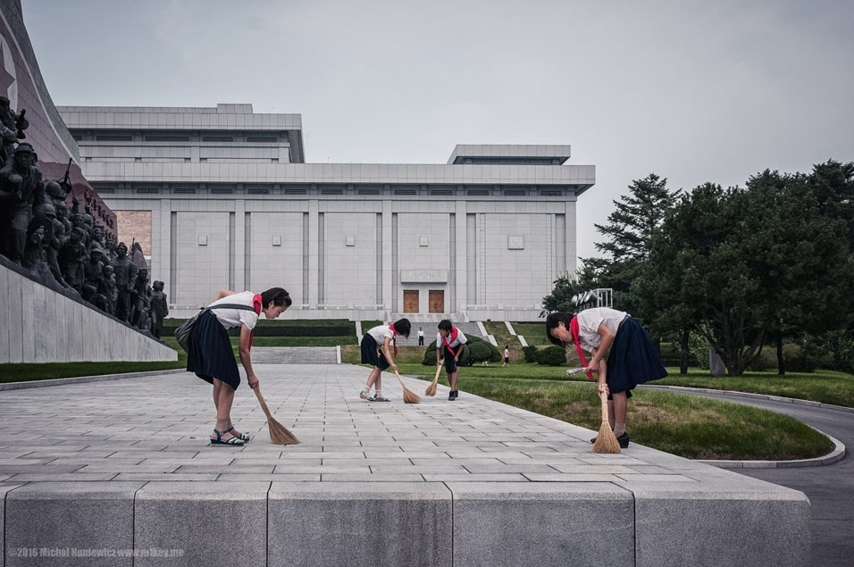 """57. """"Qual foi a última vez que você viu uma criança no Ocidente limpar alguma coisa? Além disso, a estátua do lado esquerdo caracteriza um soldado norte-coreano pisando em uma bandeira americana"""""""