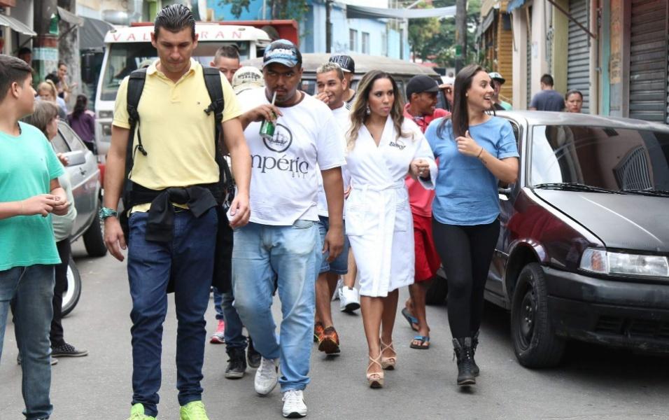 """5.mai.2016 - Capa da Sexy de junho, a modelo Mulher Melão recorre ao hit do funkeiro MC João para explicar seu ensaio na comunidade de Heliópolis, na zona sul de São Paulo. """"Sou 'Baile de Favela!'"""", dispara a modelo. """"Acho que a comunidade tem tudo a ver comigo! Vim do funk, sou do funk. Sacudimos a comunidade, o povo ficou louco"""", contou"""