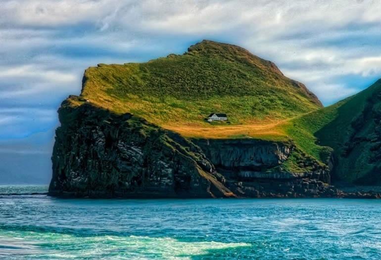 9.out.2016 - Um dos problemas da ilha é a proximidade com um vulcão ativo que, frequentemente, atinge o local com uma fumaça espessa, que acaba cobrindo o sol e deixando rastros de cinzas ao redor da casinha