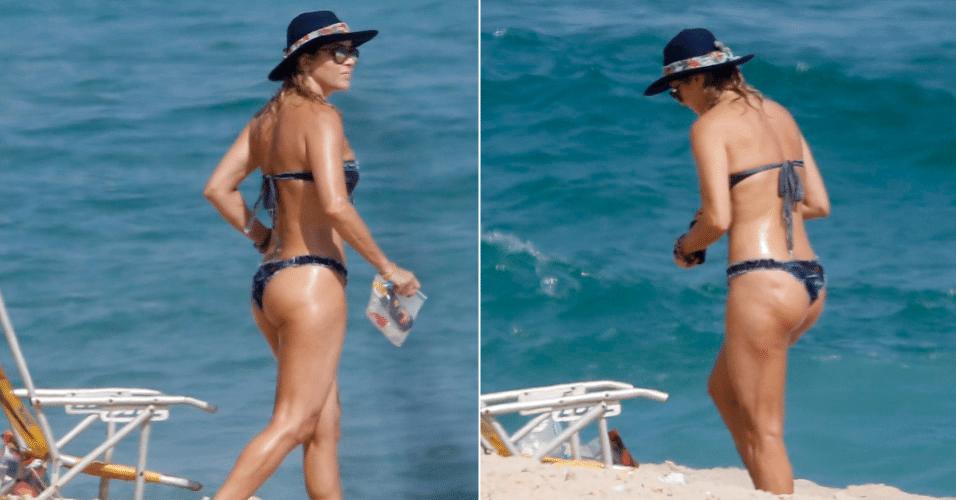 8.dez.2016 - Aos 48 anos, Christine Fernandes exibe boa forma enquanto curte a praia da Macumba, no Rio de Janeiro