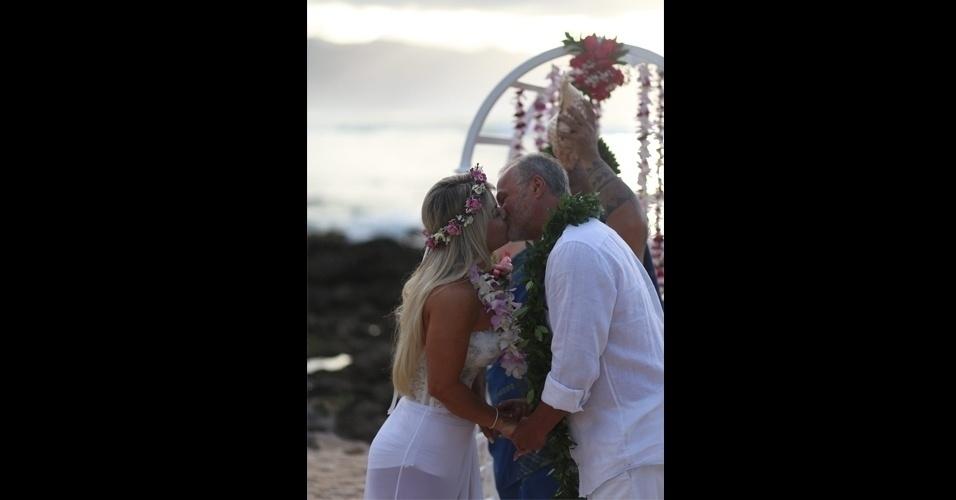 """27.jan.2017 - Cristianne Rodriguez e Kadu Moliterno se beijam em cerimônia de casamento realizada no Havaí. """"Foi uma linda cerimômia. Muito emocionante. Tudo lindo, dia perfeito, teve ainda um arco-íris fenomenal num lindo céu azul. A gente se falava com o olhar, tenho certeza que as mesmas palavras pensamos: 'como foi perfeito te encontrar nessa vida'"""", contou  Cristianne"""