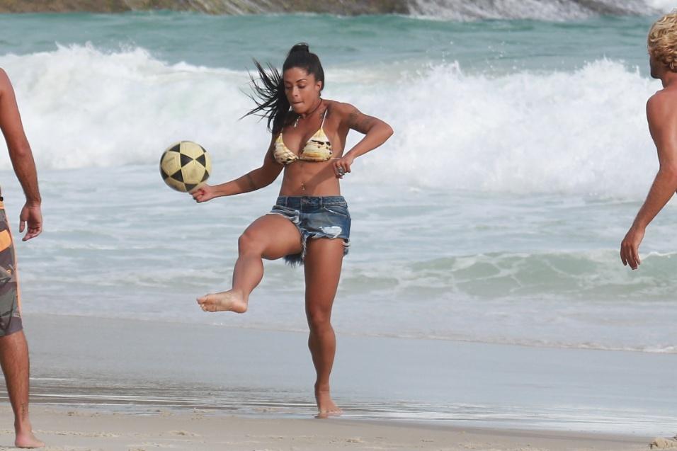 """31.jan.2017 - A """"Verão"""" se estica para manter a bola no ar em tarde na praia da Joatinga, no Rio de Janeiro"""