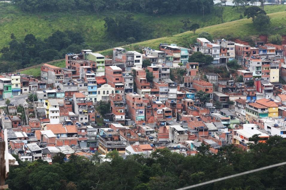 Imagem mostra a comunidade do Morro Doce, em Vila Palmares. A EMEF Marili Dias fica no alto desta região e, segundo o professor Fábio, foi criada com o objetivo de suprimir uma demanda da região e receber os estudantes de outras escolas que não davam conta do número de crianças