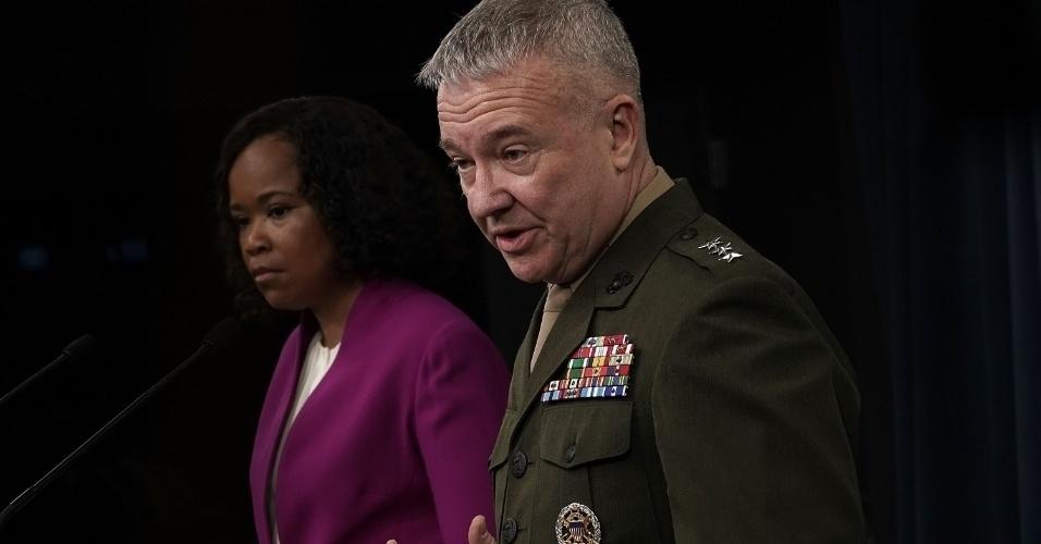 A porta-voz do Pentágono, Dana W. White, e o tenente-general Kenneth F. McKenzie fazem pronunciamento na manhã deste sábado sobre os ataques à Síria no final da noite de sexta-feira (13). De acordo com o general, todos os alvos foram atingidos