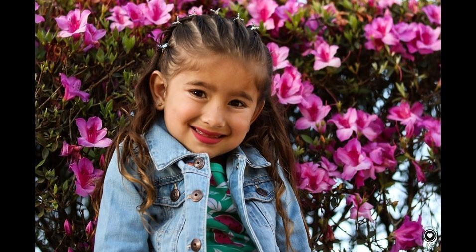 Andreia Helena enviou foto da filha Luísa, no meio das flores