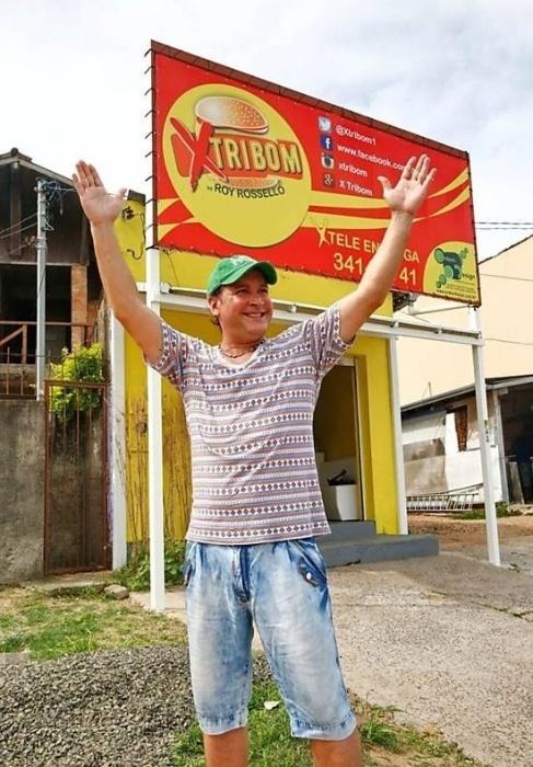"""21.fev.2016 - Lembra do ex-Menudo Roy Rosseló? Sim, aquele da banda que cantava """"Não se Reprima"""" na década de 80.  Vivendo no Brasil há muitos anos, ele resolveu tocar a vida no ramo alimentício em Porto Alegre (RS). Roy foi capa do jornal """"Diário Gaúcho"""" ao qual deu uma entrevista falando sobre o empreendimento. A lanchonete se chama X Tribom e fica num bairro periférico da capital gaúcha"""