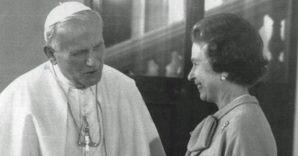 14. Apesar de ser líder da Igreja Anglicana, em 1982, Elizabeth 2ª recebeu o papa João Paulo 2º, líder da Igreja Católica. Foi a primeira vez que um papa visitou o Reino Unido em 450 anos