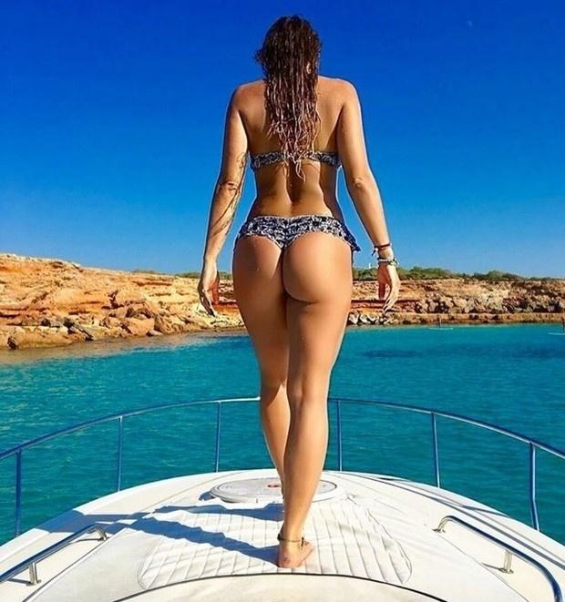"""11.set.2016 - A modelo Lívia Andrade presenteou seus seguidores com fotos quentes em Ibiza. A gata, que curte dias de folga no local paradisíaco, publicou algumas imagens provocantes, inclusive fazendo topless. Com curvas perfeitas, a gata enlouqueceu os seguidores na rede social. """"Delícia, assim você me mata"""", elogiou um fã. """"A mulher mais linda do mundo"""", se derreteu outro"""