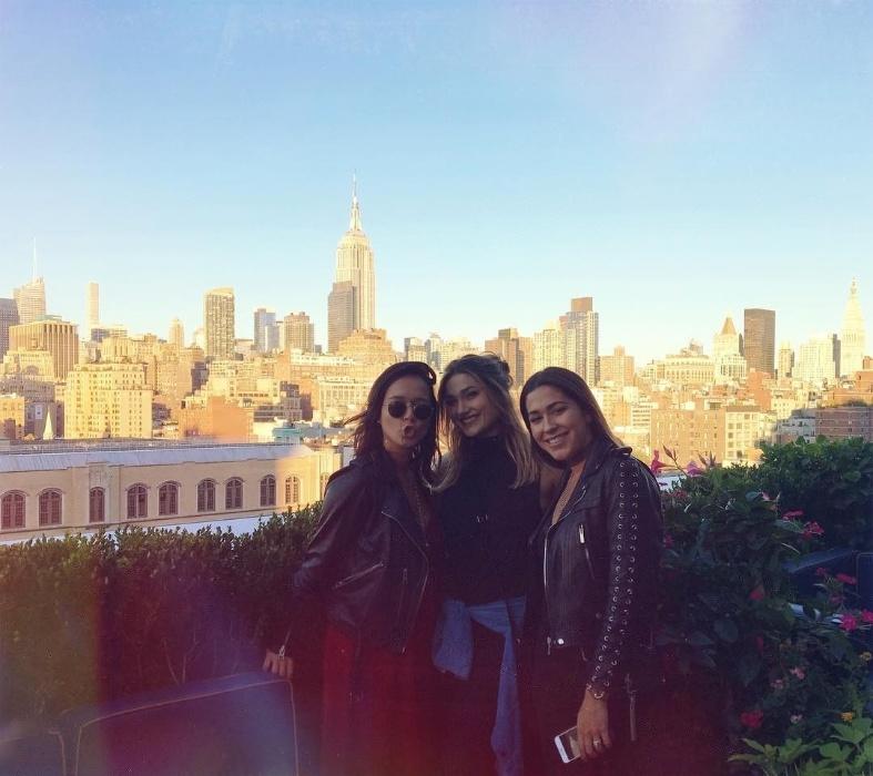 25.set.2016 - Sasha posa com amigas com Nova York ao fundo. A filha de Sasha se mudou para os Estados Unidos para estudar moda