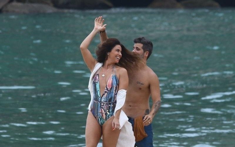 """6.mar.2017 - Cenas de """"Sol Nascente"""" gravadas na praia não tem data para ir ao ar"""