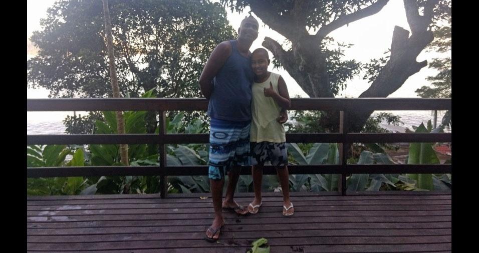 """Pedro Figueiredo Pachá com o papai Sami Meireles, de Rio de Janeiro (RJ). """"Gostamos de assistir futebol, passear e viajar em família. Meu pai é meu exemplo"""""""