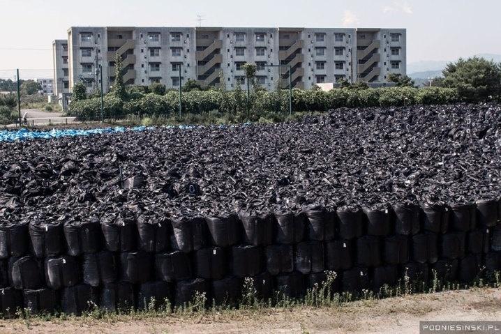 13.out.2015 - Na imagem, milhares de sacos de lixo com material contaminado
