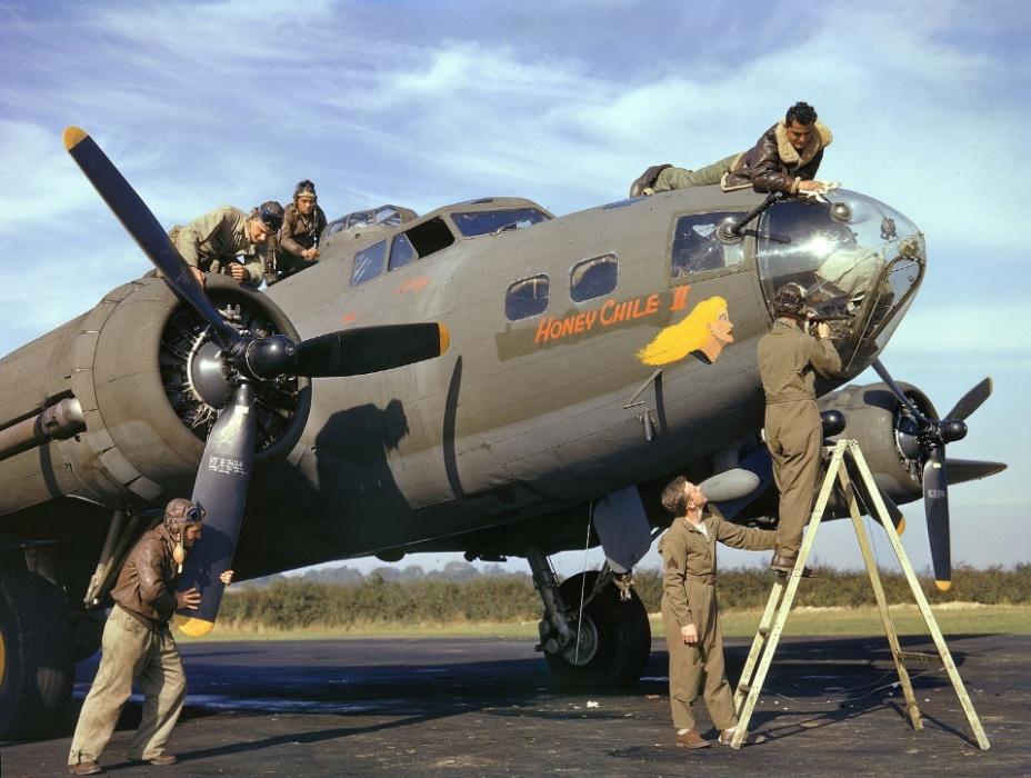 """1942 - Tripulação do B-17 batizado """"Honey Chile II"""" ajusta a nave antes da missão em Northamptonshire, Reino Unido"""