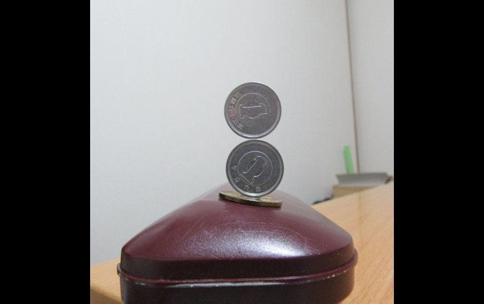 7. Três moedas sobre uma superfície curva