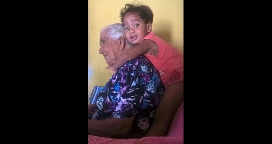 Johnatan Henrique com a vovó Maria das Dores Limoeiro, de Pernambuco