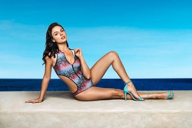 """27.jul.2015 - Poderosa! Isis Valverde arrasou com o corpo chapado em ensaio de uma campanha primavera-verão de uma grife de roupas de ginástica. O último trabalho da atriz foi na novela global """"Boogie Oogie"""""""