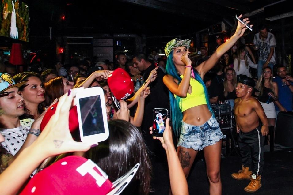 """16.ago.2015 - A funkeira paulista MC Tati Zaqui arrasou em apresentação em São Paulo neste domingo; a cantora de cabelos azuis se empolgou nas coreografias, levando os fãs à loucura ao arrebitar o bumbum e dançar agarradinha com pessoas da plateia. Animada, Tati até beijou a boca de uma garota. A intérprete do hit """"Parara Tibum"""" foi capa da Playboy de julho deste ano"""