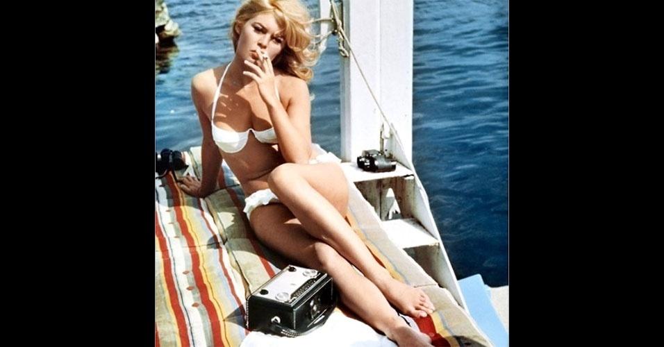 """Em 1957, a atriz Brigitte Bardot aparece de biquíni no filme """"E Deus Criou a Mulher"""", catapultando a peça ao estrelato de vez"""