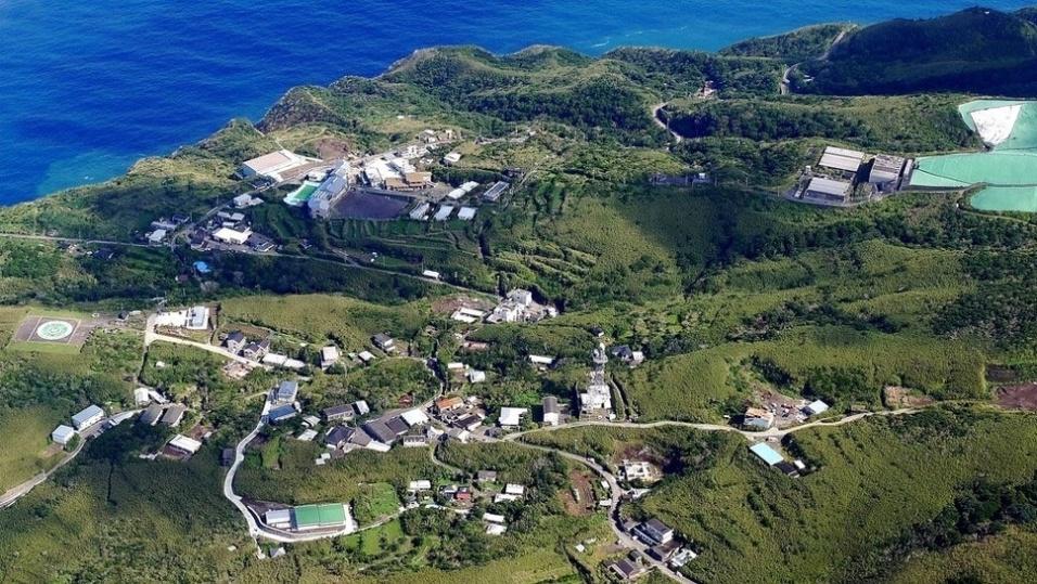 4.dez.2016 - Os geólogos afirmam que Aogashima teve origem da sobreposição de pelo menos 4 grandes crateras, que entraram em colapso após antigas erupções, resultando em uma formação impressionante
