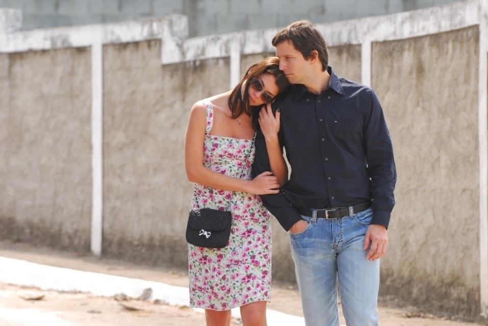 """11.jan.2011 - Alinne Moraes e Vladimir Brichita em cena dos episódios """"Vitrines"""" e """"Folhetim"""" da microssérie """"Amor em 4 Atos"""", da Globo"""