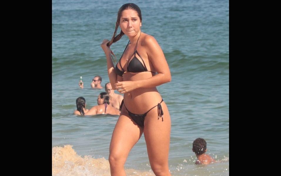 6.fev.2017 - Carol Portaluppi se refresca com banho de mar nas areias cariocas