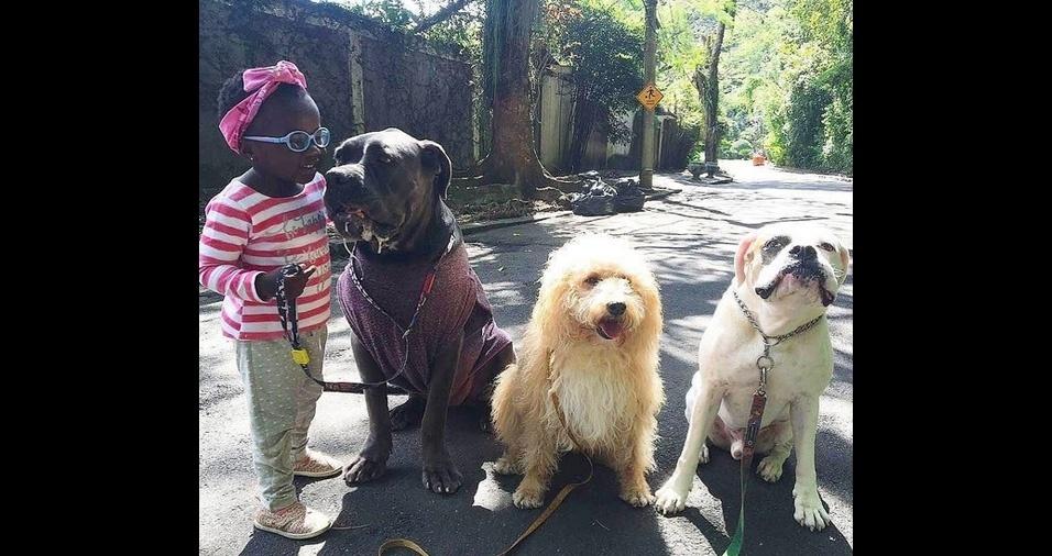 7. O casal de famosos, Giovanna Ewbank e Bruno Gagliasso, tem cinco cães chamados Johnny, Nicolau, Peste, Princesa, e Zeca