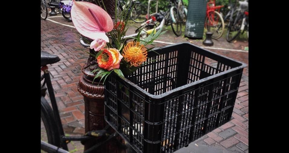 26. Usar caixas de feira como cestinhas é super útil, porque acomodam várias sacolas de compras