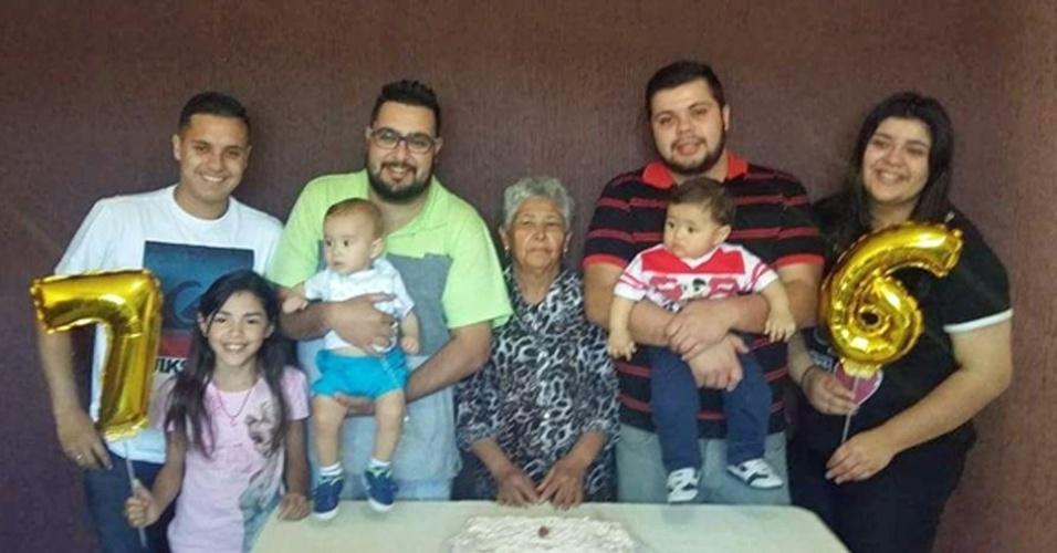 Vó Maria com seus netos e bisnetos: Vinicius, Bruno, Humberto, Lorena. Gabriela, Lucca e Benjamin, em Franco da Rocha (SP)
