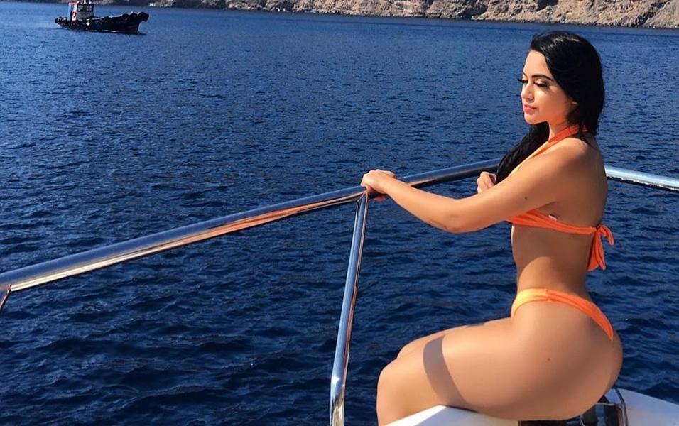 8.mar.2018 - A modelo americana Jailyne Ojeda Ochoa curtiu dias de férias na ilha de Santorini, na Grécia. A beldade fez várias imagens durante um passeio de barco. Para a alegria dos fãs, a musa posou de biquíni, exibindo seu corpaço