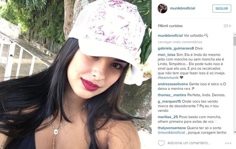 """18.abr.2016 - A ex-BBB Munik postou uma foto no Instagram, que recebeu milhares de curtidas e de comentários. Os internautas notaram uma mancha de desodorante no braço esquerdo e não perdoaram nos comentários. """"Olha o sovaaaaco dela!"""", """"Vocês estão reparando nas axilas dela? Daqui uns dias ela vai fazer comercial?"""". A campeã do reality show também recebeu inúmeras defesas vindas dos fãs. """"Ela é linda do mesmo jeita, com ou sem mancha"""", """"Melhor ter mancha de desadorante, do mal cheiro debaixo do braço"""", comentaram alguns dos internautas"""