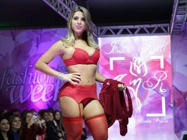 14.jun.2016 - Ana Paula Minerato desfilou só de lingerie vermelha e exibiu os pernões em evento de moda em São Paulo. Apesar do frio, a ex-panicat cruzou a passarela do Guarulhos Fashion Week usando calcinha, sutiã e cinta-liga