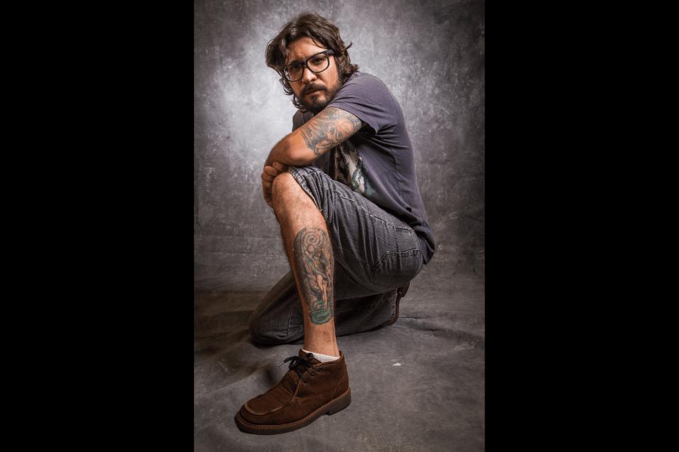 Jan.2017 - Além dos rostos nas costas, Ilmar tem desenhos no braço e na perna
