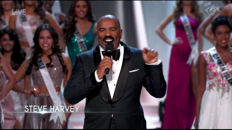 """29.jan.2017 - O apresentador Steve Harvey fez brincou sobre o fato de voltar ao palco do Miss Universo. Em dezembro de 2015, Harvey virou piada mundial ao confundir os nomes da vencedora e da vice do concurso. Depois de um discurso sobre """"aprender com os erros"""", o apresentador disse que fez uma cirurgia nos olhos, então não errará o nome das concorrentes novamente."""