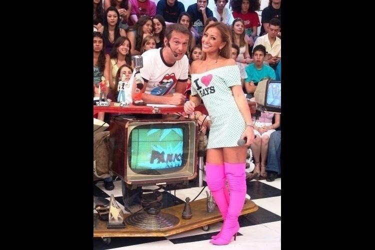 """2007 - Sabrina posa ao lado de Emílio Surita durante gravação do """"Pânico na TV"""""""