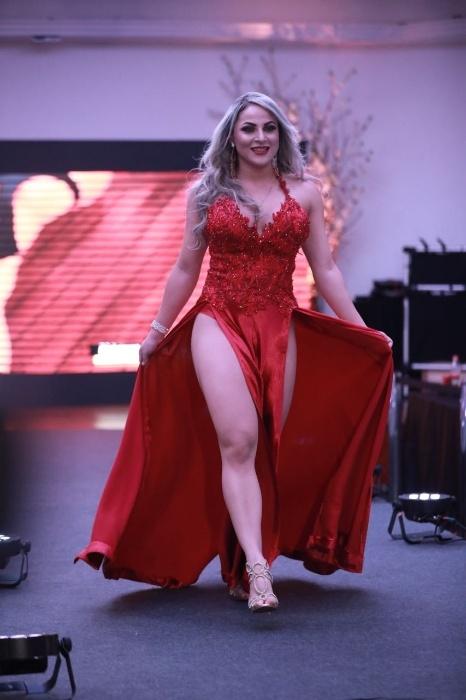 5.nov.2017 - Ketlen Silva caprichou nas fendas do vestido